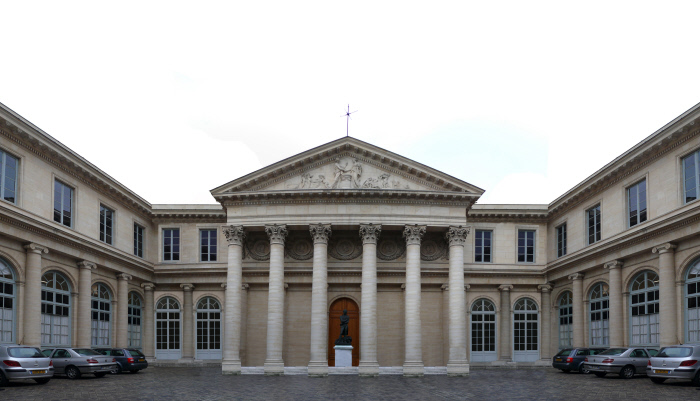 Ancienne Académie royale de chirurgie, actuel siège de l'Université Paris Descartes, 1769-1774 (architecte : Jacques Gondoin) Fronton : La Théorie et la Pratique, sculpté par Pierre-François Berruer. Sculpture